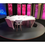 Table studio TV avec support écrans