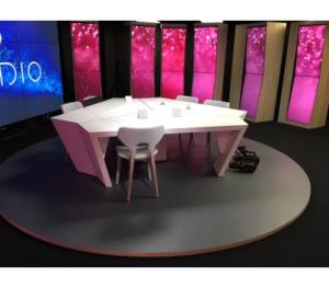 Table studio TV avec support écrans